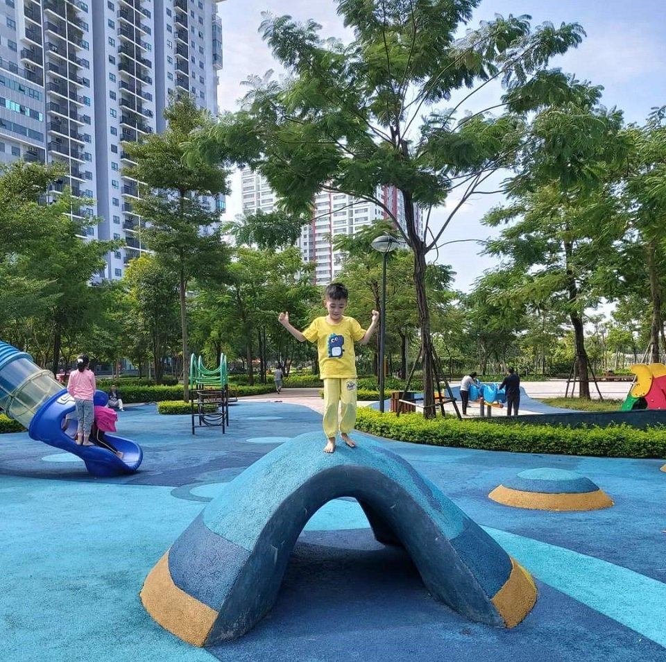Trẻ nhỏ nô đùa tại công viên Gamuda